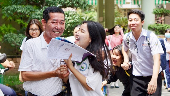 Thí sinh vui mừng sau khi hoàn thành môn thi cuối cùng kỳ thi THPT quốc gia 2018. Ảnh: HOÀNG HÙNG