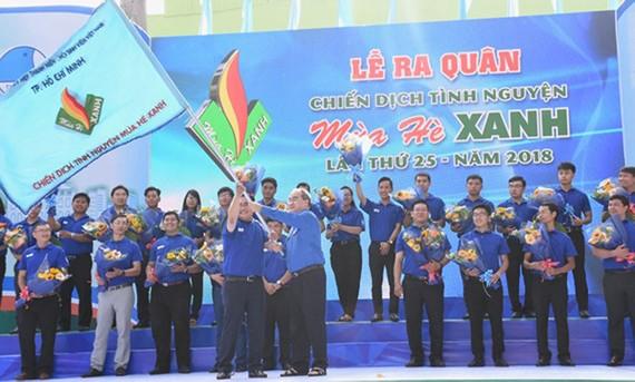 Bí thư Thành ủy TPHCM Nguyễn Thiện Nhân trao cờ xuất quân Chiến dịch tình nguyện Mùa hè xanh. Ảnh: VIỆT DŨNG