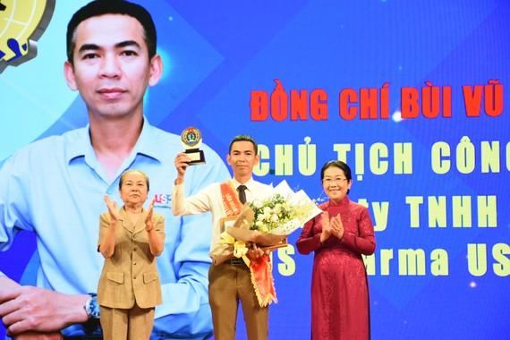 Đồng chí Võ Thị Dung, Phó Bí thư Thành ủy TPHCM trao giải thưởng 28-7 cho Chủ tịch công đoàn cơ sở tiêu biểu