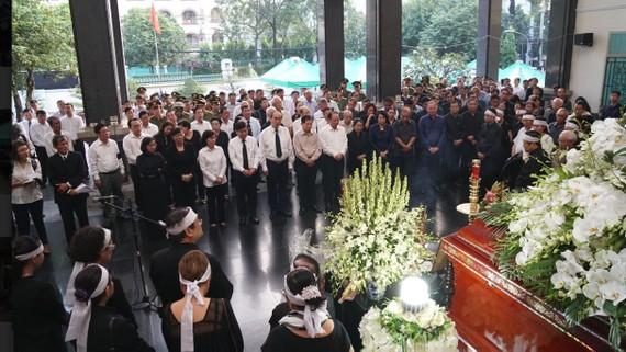 Các đồng chí lãnh đạo Thành ủy, HĐND, UBND, Ủy ban MTTQ Việt Nam TPHCM dự Lễ an táng đồng chí Nguyễn Thị Vân. Ảnh: HOÀNG HÙNG
