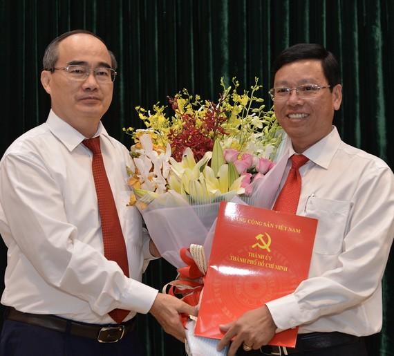 Bí thư Thành ủy TPHCM Nguyễn Thiện Nhân trao quyết định cho đồng chí Vũ Ngọc Tuất. Ảnh: VIỆT DŨNG