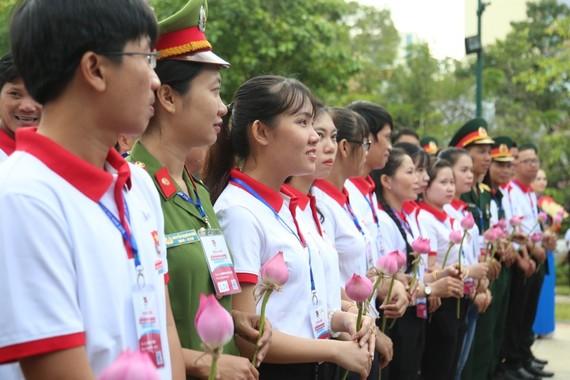 Các Bí thư Chi đoàn giỏi dâng hoa trước tượng đài Chủ tịch Hồ Chí Minh