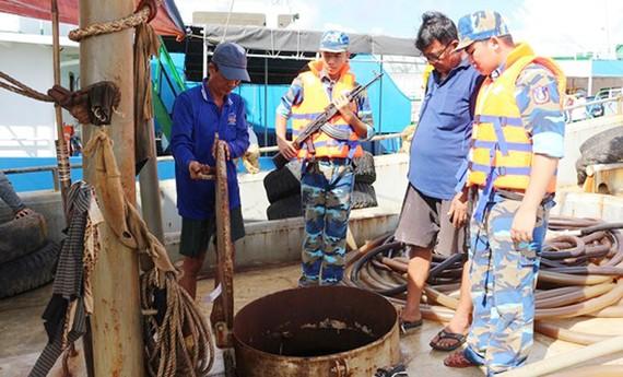 Lực lượng làm nhiệm vụ kiểm tra tàu cá chờ dầu không có hóa đơn, chứng từ hợp pháp