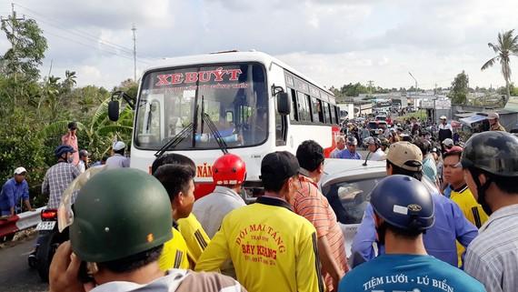 Tai nạn giao thông giữ xe taxi và xe buýt gây kẹt xe nghiêm trọng