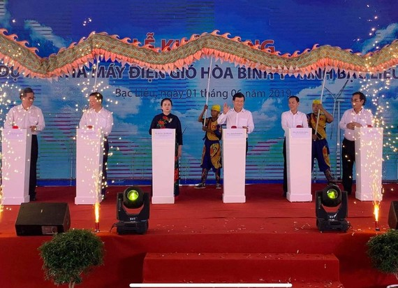 Phó Thủ tướng Chính phủ Trịnh Đình Dũng tham gia nghi thức khởi công Nhà máy Điện gió Hòa Bình 1