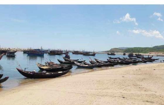 Sau sự cố môi trường biển do Formosa Hà Tĩnh gây ra, nhiều tàu thuyền của ngư dân xã Kỳ Lợi, thị xã Kỳ Anh phải nằm bờ. Ảnh: T.L.