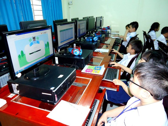 Học sinh thi giải toán qua mạng