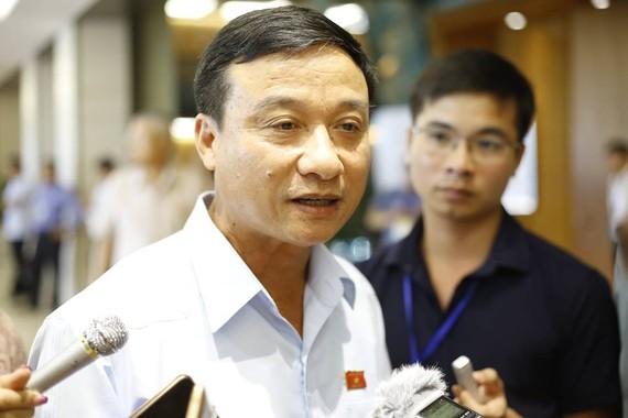 Đại biểu Bùi Văn Xuyền trả lời báo chí bên hành lang quốc hội