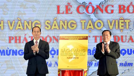 Chủ tịch nước Trần Đại Quang và Chủ tịch Ủy ban TƯ MTTQ Việt Nam Trần Thanh Mẫn  kéo băng khai trương, công bố Sách vàng Sáng tạo Việt Nam 2018