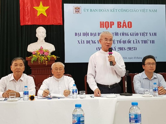 Linh mục Trần Xuân Mạnh chủ trì họp báo