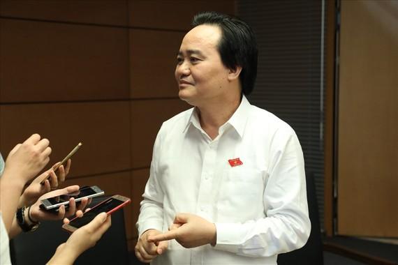 Bộ trưởng Phùng Xuân Nhạ trả lời bên hành lang Quốc hội