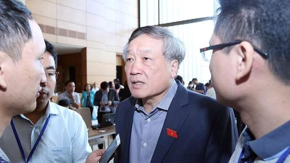 Chánh án Tòa án Nhân dân tối cao Nguyễn Hòa Bình trao đổi với báo chí sáng 6-11