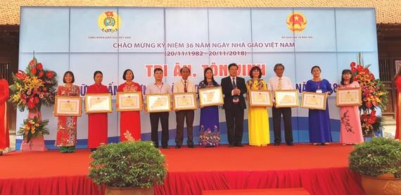 Bộ GD-ĐT tặng bằng khen cho các thầy cô giáo tiêu biểu
