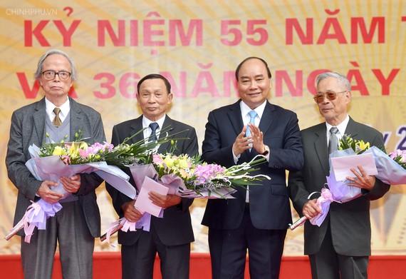 Thủ tướng Nguyễn Xuân Phúc tặng hoa chúc mừng các thầy giáo cũ