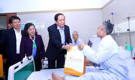 Ông Trần Thanh Mẫn tặng quà tết cho bệnh nhân ung thư