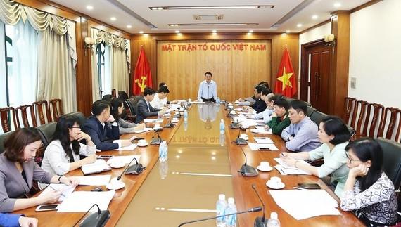 Ông Hầu A Lềnh, Phó Chủ tịch - Tổng Thư ký Ủy ban Trung ương MTTQ Việt Nam chủ trì cuộc họp về tuyển chọn Sách vàng sáng tạo 2019