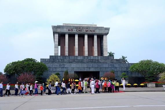 Nhân dân và du khách đến viếng Bác