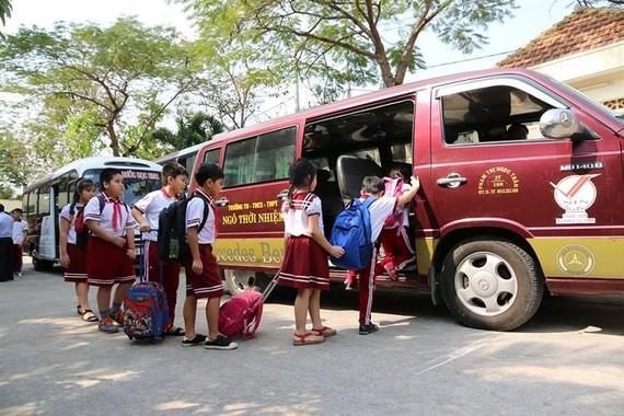 Học sinh đến trường bằng xe đưa đón