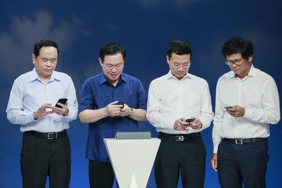 Phó Thủ tướng Vương Đình Huệ và các đại biểu nhắn tin ủng hộ người nghèo