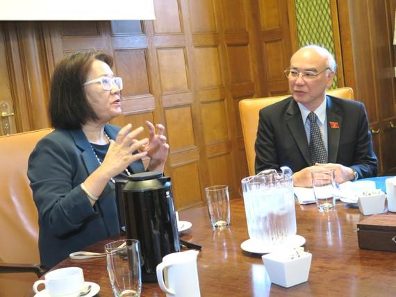 Bà Heidi Wang, đại diện Hội đồng Thành phố Copenhagen chào mừng Đoàn Đại biểu Quốc hội TPHCM tới thăm, làm việc với Ủy ban Chăm sóc xã hội của Hội đồng Thành phố Copenhagen - Đan Mạch