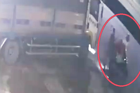 Hai đối tượng lảng vảng trước xe ô tô