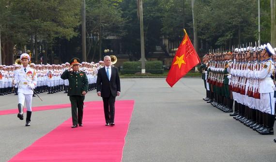 Bộ trưởng Quốc phòng Hoa Kỳ James Mattis duyệt đội danh dự Quân đội nhân dân Việt Nam