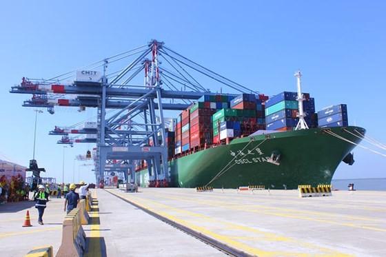 Tàu container CSCL Star có trọng tải 160.000 tấn với sức chở 14.000TEU cập thành công bến cảng Quốc tế Cái Mép (CMIT). Ảnh: QUANG KHOA