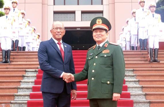 Lễ đón chính thức Bộ trưởng Bộ Quốc phòng Philippines Delfin Lorenzana diễn ra tại trụ sở Bộ Quốc phòng dưới sự chủ trì của Đại tướng Ngô Xuân Lịch, Bộ trưởng Bộ Quốc phòng Việt Nam. Ảnh: T.B
