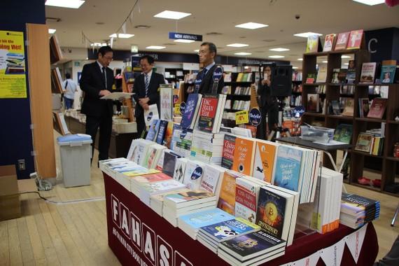 Gian sách Việt Nam tại Nhà sách Kinokuniya Tokyo, Nhật Bản