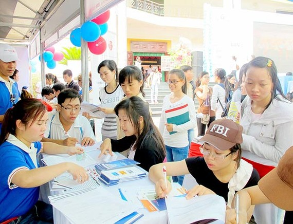 Many students seek job at the employment fair (Photo: SGGP)