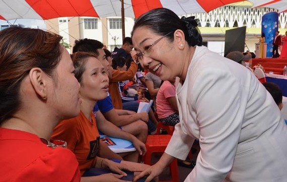 Deputy Party Secretary Vo Thi Dung talks to workers (Photo: SGGP)