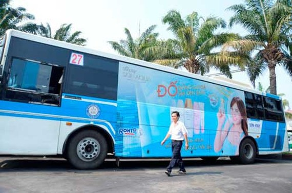During piloted time, HCMC earns VND14.6 billion for the state budget from putting advertisings on buses (Photo: SGGP)