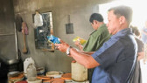 Inspectors visit alcohol manufacturers in Gia lai (Photo: SGGP)