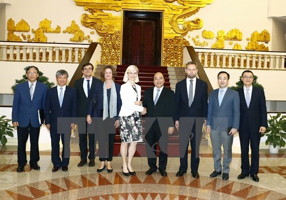 PM Nguyen Xuan Phuc (fourth from right) and Danish Minister for Development Cooperation Ulla Tørnæs (Photo: VNA)