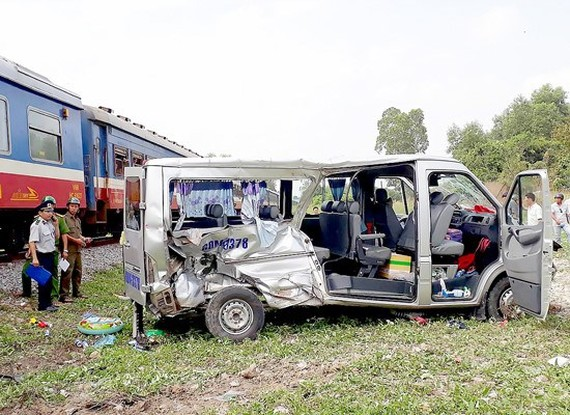 An accident between a train and a passenger bus in Dong Nai province (Photo: SGGP)