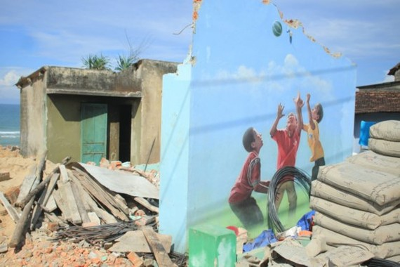 The mural painting of three kids playing with ball on Thanh's house wall (Photo: SGG)