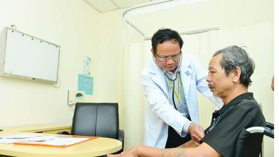 A man with chronic lung disease is examined (Photo: SGGP)
