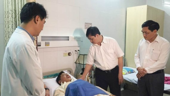 Mr. Dung visits a tourist in the hospital (Photo: SGGP)