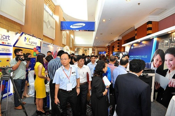 Attendees standed outside the conference room at the Banking Vietnam 2016 main event in Hanoi (Photo: banking.org.vn)