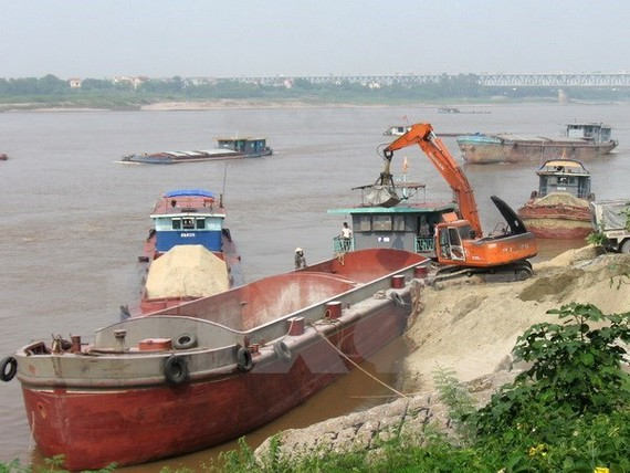 Police arrest ships which illegally dredge sand (Photo: VNA)