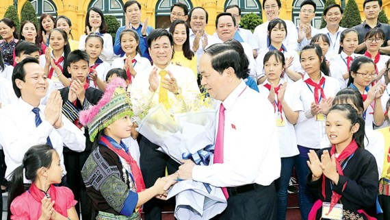 President Quang stresses investing in children is to invest in the country's future at a meeting with disadvantaged children yesterday (Photo: SGGP)
