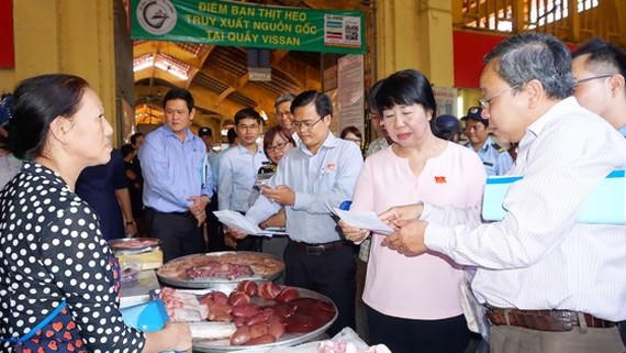 Inspectors check food safety in Ben thanh Market in District 1 (Photo: SGGP)