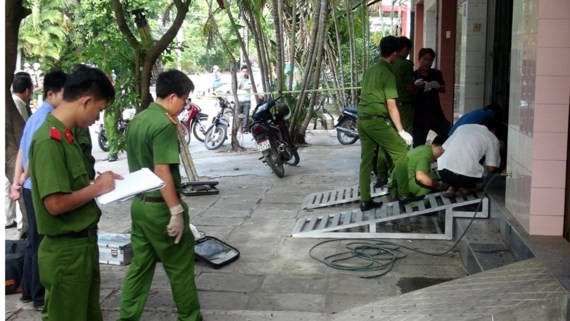 Police officers are collecting evidence for further investigation (Photo: SGGP)