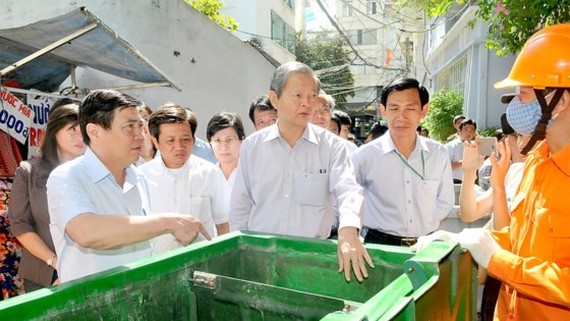 Mr. Phong finds out information of piloted program (Photo: SGGP)