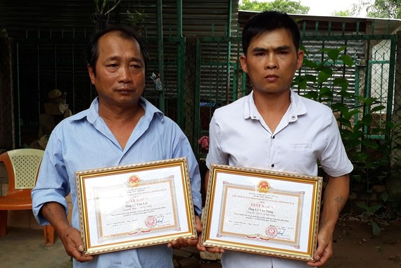 Two of locals who assist traffic accident victims are given certificates of merit (Photo: SGGP)