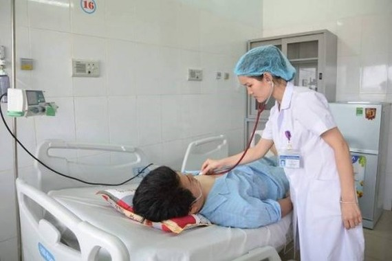 A medical worker examine the Taiwanese man after the surgery (Photo: SGGP)