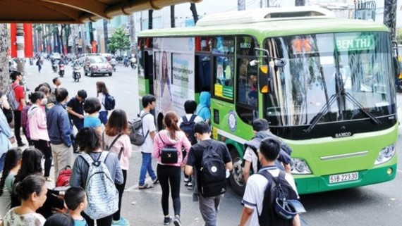 More people use bus for traveling (Photo: SGGP)