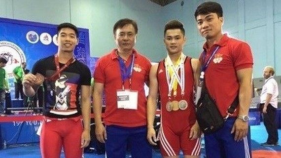 Some members of the Vietnamese weightlifting team and the coach (Photo: baomoi.com)