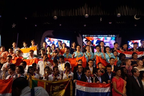 The students receive prizes (Source: VNA)