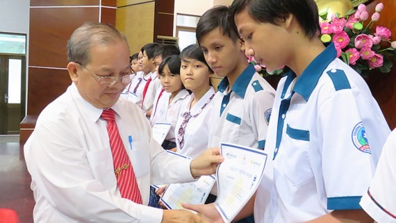 A representaive from the Association gives scholarships to needy students (Photo: SGGP)